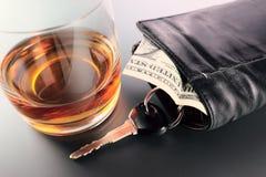 Whiskey, argent et clé photo stock