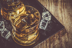 Whiskey avec de la glace en verres photos stock
