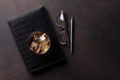 Whiskey avec de la glace et des approvisionnements de local commercial Photographie stock