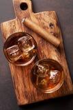 Whiskey avec de la glace et le cigare Photographie stock libre de droits