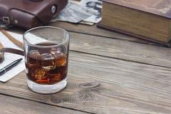 Whiskey avec de vieux livres Images libres de droits