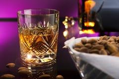 Whiskey avec des amandes image libre de droits