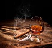 Whiskey avec le cigare de tabagisme photo stock
