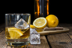 Whiskey avec le citron photo stock