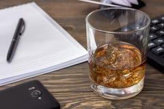 Whiskey avec un carnet Photographie stock libre de droits