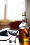 Whiskey buteljerar på bordlägga Arkivbilder
