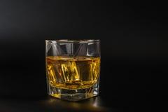 Whiskey che assaggia vetro, whiskey in un vetro, fondo nero, ghiaccio Fotografie Stock Libere da Diritti