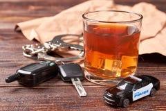 Whiskey, chiavi, manette, volante della polizia immagine stock libera da diritti