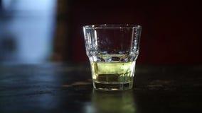 Whiskey con ghiaccio su una tavola di legno HD sparato con il cursore archivi video