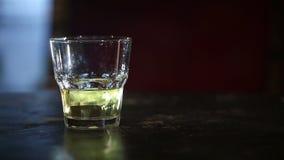 Whiskey con ghiaccio su una tavola di legno HD sparato con il cursore stock footage