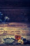Whiskey d'annata, sigarette e portacenere Fotografie Stock