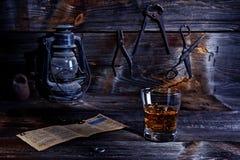 Whiskey dans le vieil atelier Photos libres de droits
