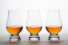 Whiskey dans trois Crystal Tasting Glasses Photo stock