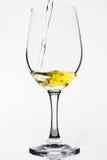 Whiskey dans un verre de vin d'isolement sur le blanc - jaune Image libre de droits