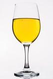 Whiskey dans un verre de vin d'isolement sur le blanc - jaune Photographie stock libre de droits
