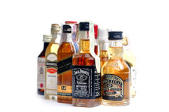 Whiskey de beaucoup de bouteilles de marques Photos libres de droits