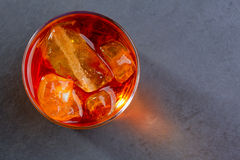 Whiskey de whiskey sur les roches sur le verre Photos stock