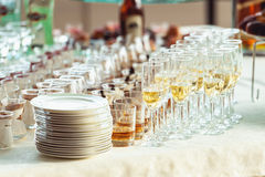 Whiskey dei vini di ricezione di buffet di nozze su una tavola bianca Fotografie Stock