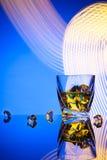Whiskey del cocktail un vetro con il ghiaccio dei pezzi Fotografie Stock