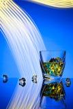Whiskey del cocktail un vetro con il ghiaccio dei pezzi Immagine Stock