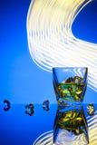 Whiskey del cocktail un vetro con il ghiaccio dei pezzi Fotografie Stock Libere da Diritti