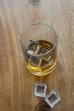Whiskey di Birdseye sulle rocce Fotografia Stock
