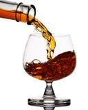 Whiskey di versamento Immagine Stock