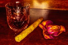 Whiskey drinks with cigars on wooden Royalty Free Stock Images