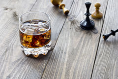 Whiskey e scacchi Fotografia Stock