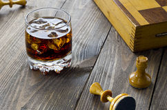 Whiskey et échecs photographie stock
