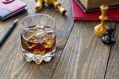 Whiskey et échecs Photographie stock libre de droits