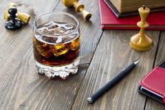 Whiskey et échecs photo stock