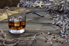 Whiskey et carte images stock