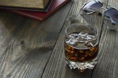 Whiskey et kola, livres et verres Photographie stock libre de droits