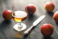 Whiskey et pommes sur la table en bois foncée Image stock
