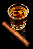 Whiskey et un cigare Photographie stock libre de droits