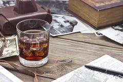Whiskey et vieux livre Photos libres de droits
