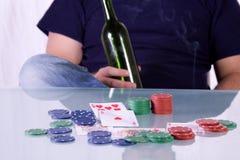 whiskey för tabell för poker för flaskholdingman royaltyfri fotografi