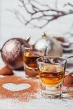 Whiskey o liquore, caramelle di cioccolato del tartufo in cacao in polvere fotografia stock