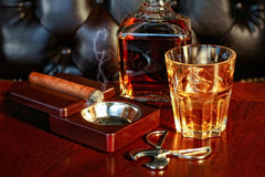 Whiskey och cigarr royaltyfri bild