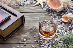 Whiskey parmi des coquilles photos libres de droits