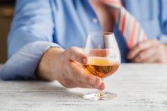 Whiskey potable de jeune homme alcoolique dans sa maison Photos stock