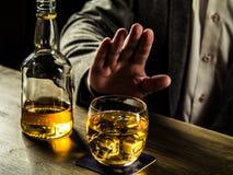 Whiskey potable la nuit images libres de droits