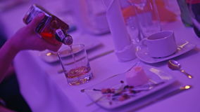 Whiskey scozzese di versamento in un vetro stock footage