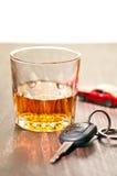 Whiskey soigné avec une clé de véhicule images stock