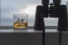 Whiskey su ghiaccio con il binocolo Fotografia Stock