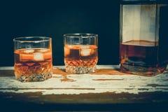 Whiskey sulle rocce, foto d'annata, cultura delle bevande Fotografia Stock Libera da Diritti