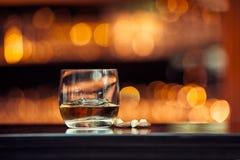 Whiskey sur la barre en bois Images stock