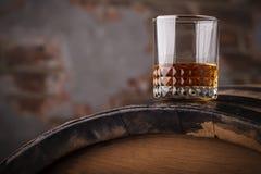 Whiskey sur un baril photographie stock