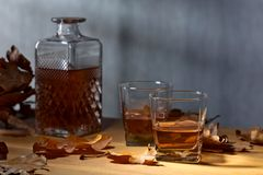 Whiskey sur une vieille table en bois photo stock